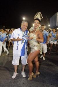 Mestre Juca e Cinthia Santos, rainha da bateria da Águia de Ouro (foto: Divulgação)
